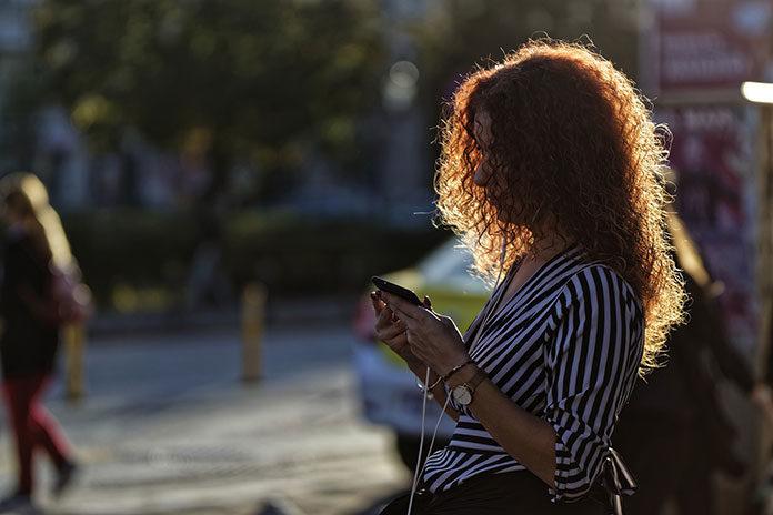 Jak bezpiecznie doładować telefon online