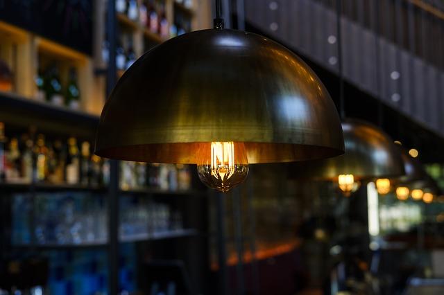 Lampy sufitowe klasyczne i inne propozycje dla sypialni